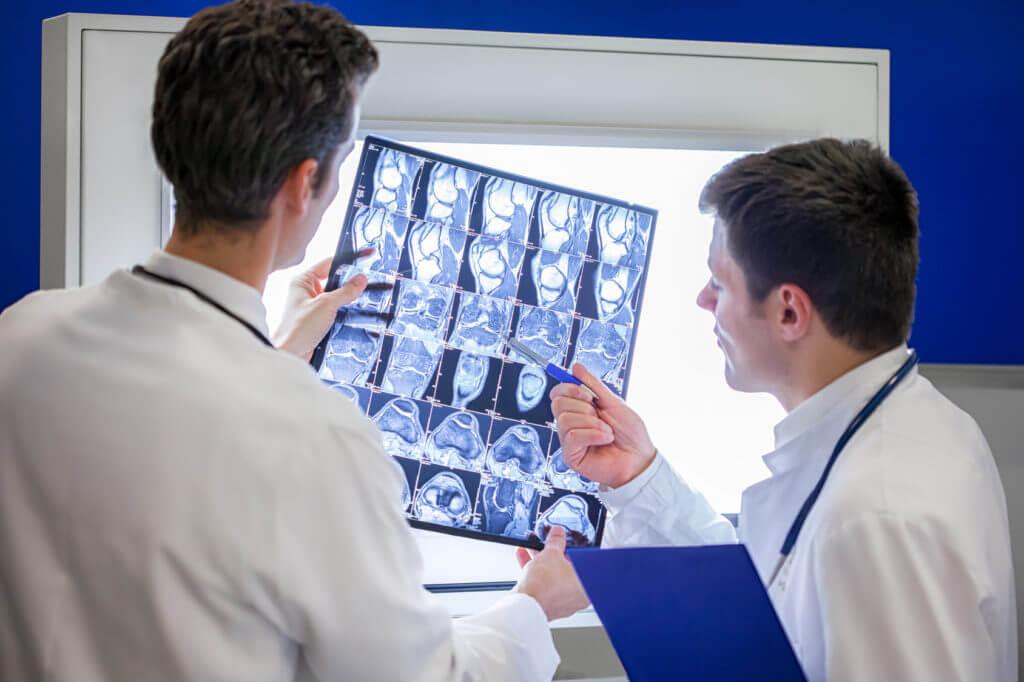 Zwei Ärzte analysieren ein Röntgenbild.