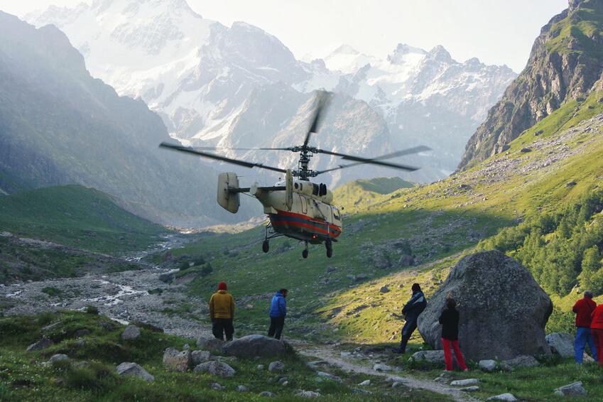 Rettungshubschrauber beim Einsatz in Berglandschaft.