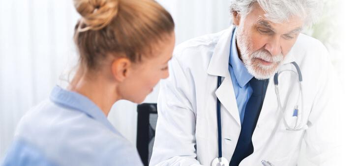 Arzt spricht mit Patientin.