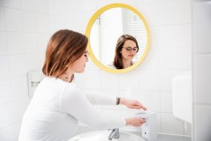 Berufsroutine: Anne Gebert bei der Handdesinfektion.