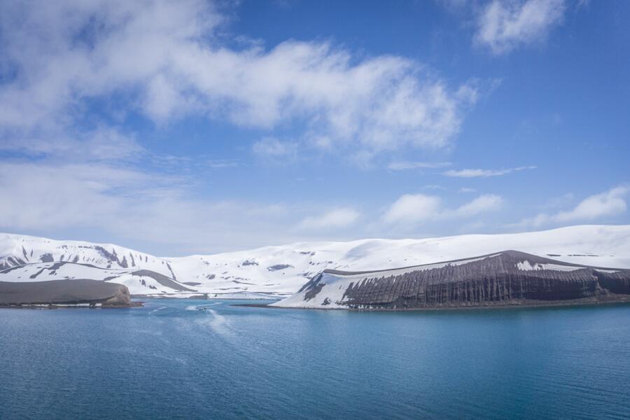 Deception Island in der Antarktis, vom Wasser aus gesehen.