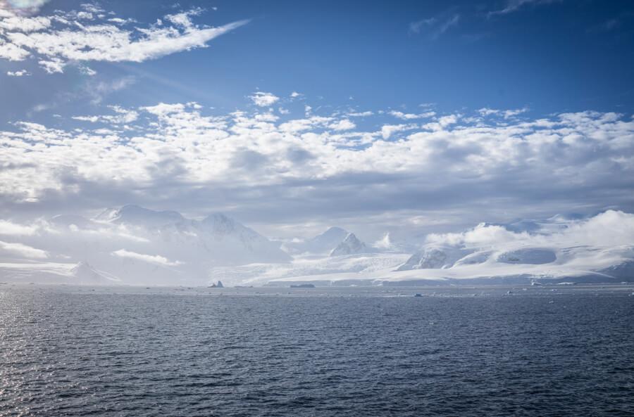 Eisige Bergketten vom antarktischen Meer aus gesehen.