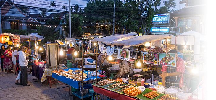 Asiatischer Markt mit Streetfood-Ständen.