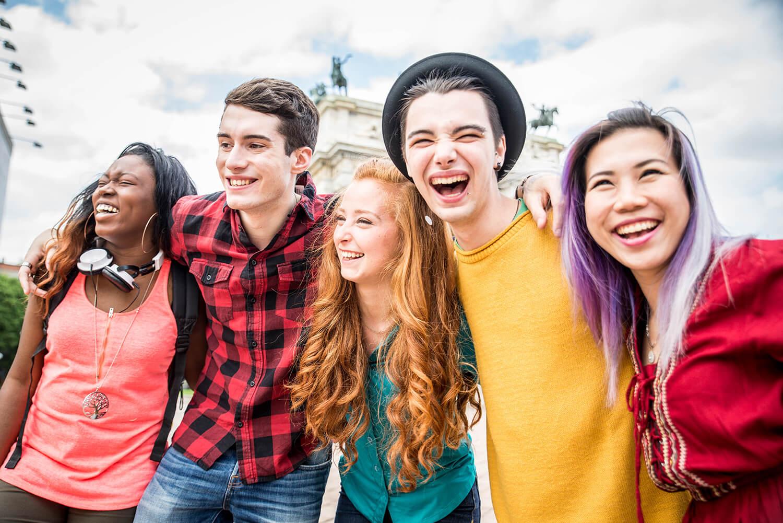 Fünf Jugendliche vor einer Sehenswürdigkeit,.