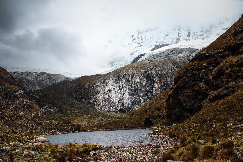 Kleiner Bergsee in Gebirgslandschaft - Cordillera Blanca Peru.