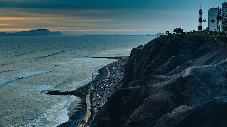 Hohe Klippe mit Leuchtturm in Lima.