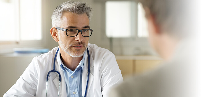 Arzt führt Gespräch mit Patient.