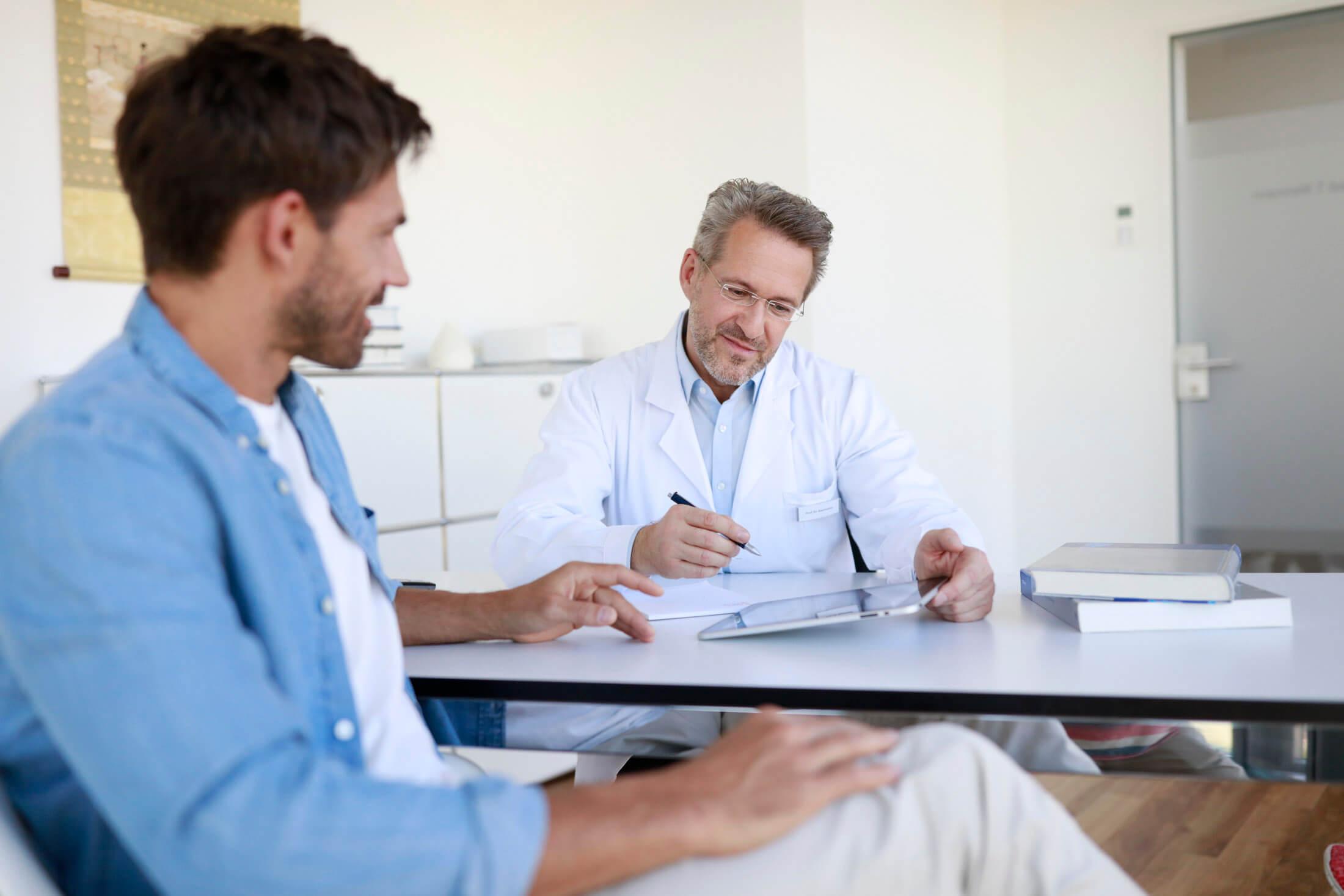 Patient lässt sich vom Arzt beraten.
