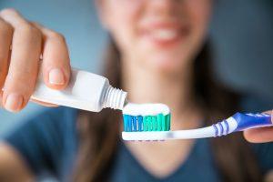 Fuer die Mundgesundheit Zahnentzuendungen vorbeugen durch Zahnpasta mit Fluorid