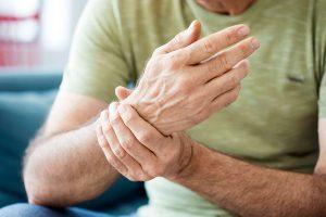 Rheumatoide Arthritis und Parodontitis stehen miteinander in Verbindung weniger Gelenkschmerzen dank Parodontitis-Therapie