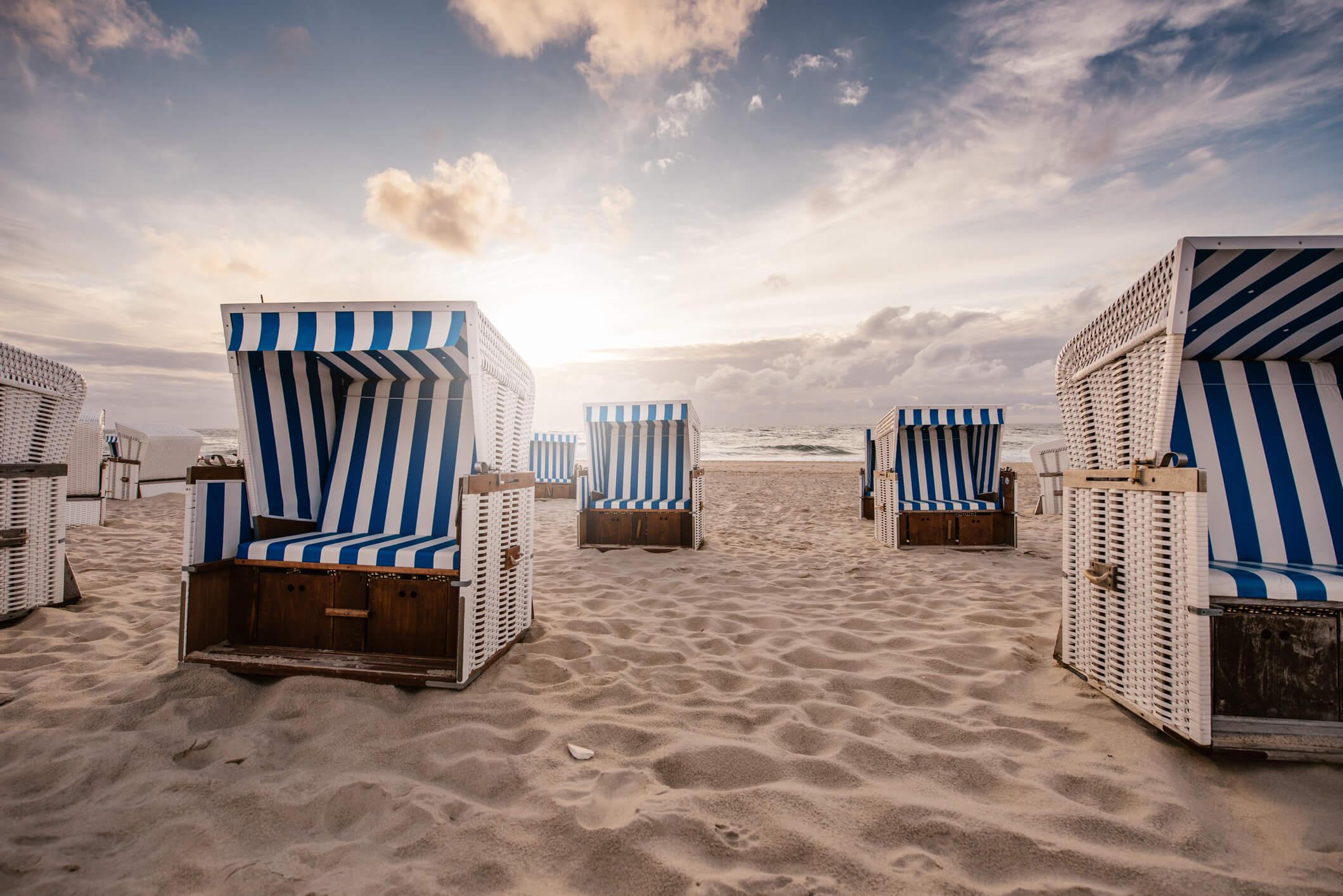 Nordseestrand mit Strandkorb – Reisen in Deutschland weiterhin attraktiv.