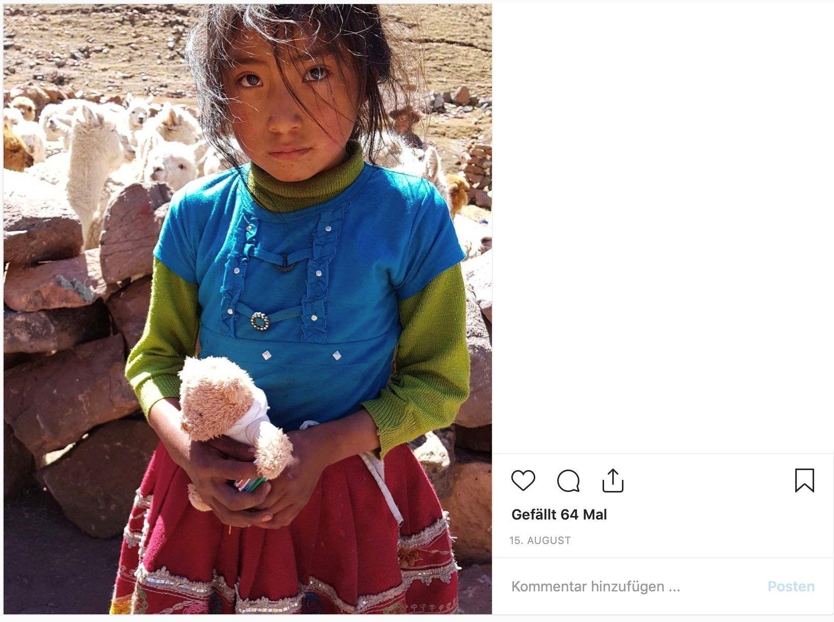 Geben macht mehr Spass als etwas zu bekommen – Teddy Tom an Maedchen aus Peru verschenkt.