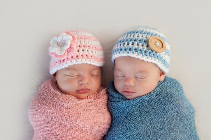 zwei schlafende Babys – vielleicht mit einem Unisex-Namen – das ist im Trend