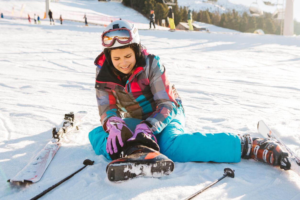 Frau-nach-Sturz-mit-Skiern-Schmerzen