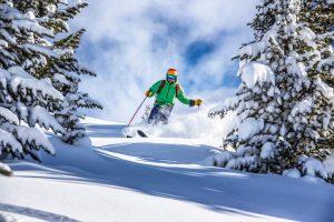 Skifahrer-abseits-Piste-mit-Helm