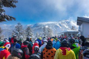 immer-mehr-Skifahrer-unterwegs-ueberfuelltes-Skigebiet
