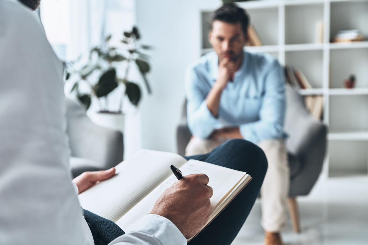 Computerspielsucht-Mann-in-Therapie-beim-Psychologen