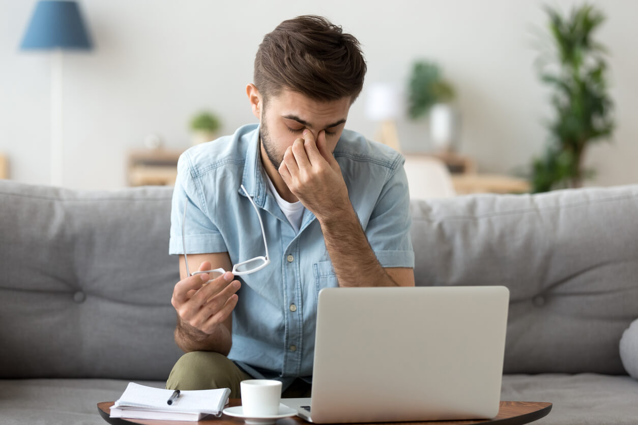 Digitaler-Stress-Auge-Mann-vor-Laptop-muede-Augen