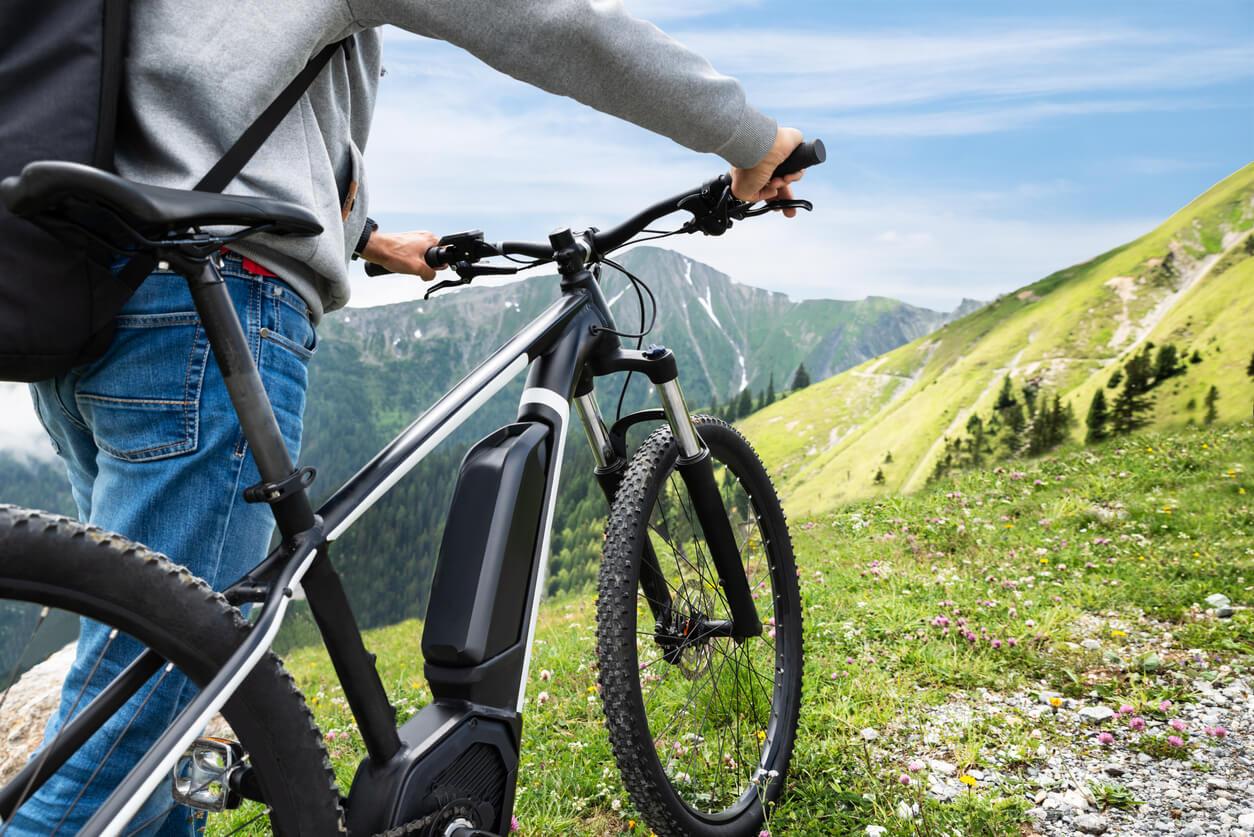 Mann-mit-E-Bike-in-den-Bergen