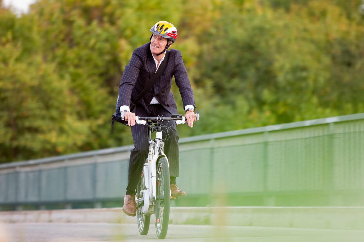 Mann-mit-E-Bike-zur-Arbeit
