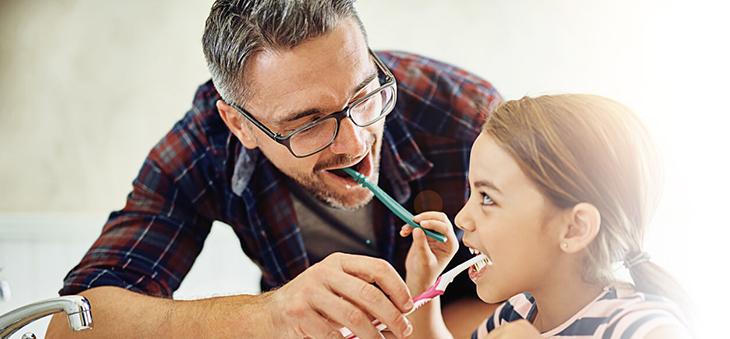 Gegen-Kreidezaehne-Vater-und-Tochter-Zaehneputzen-Fluorid