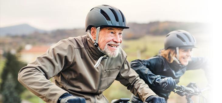 Ehepaar-auf-Radtour-mit-E-Bikes