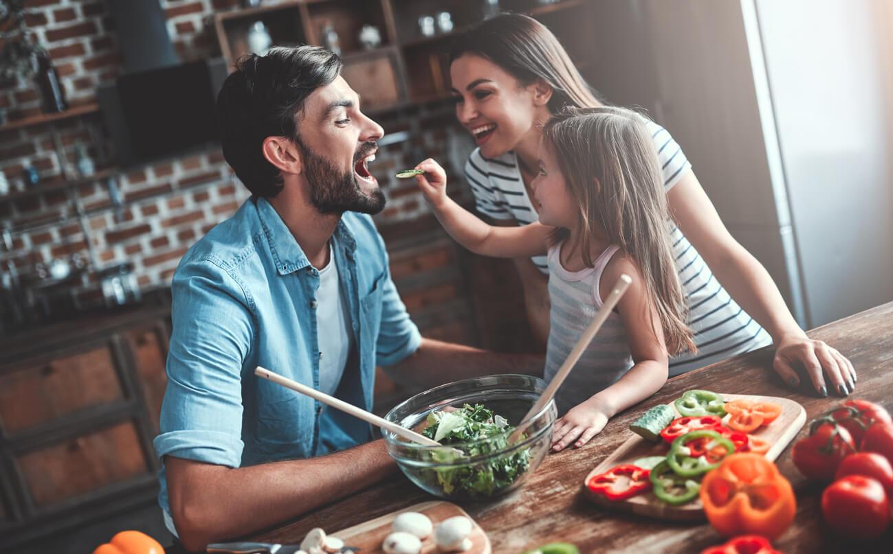 familie-zeigt-gesunde-ernährung