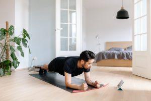 mann-trainiert-nach-digitalem-trainingsplan-zuhause