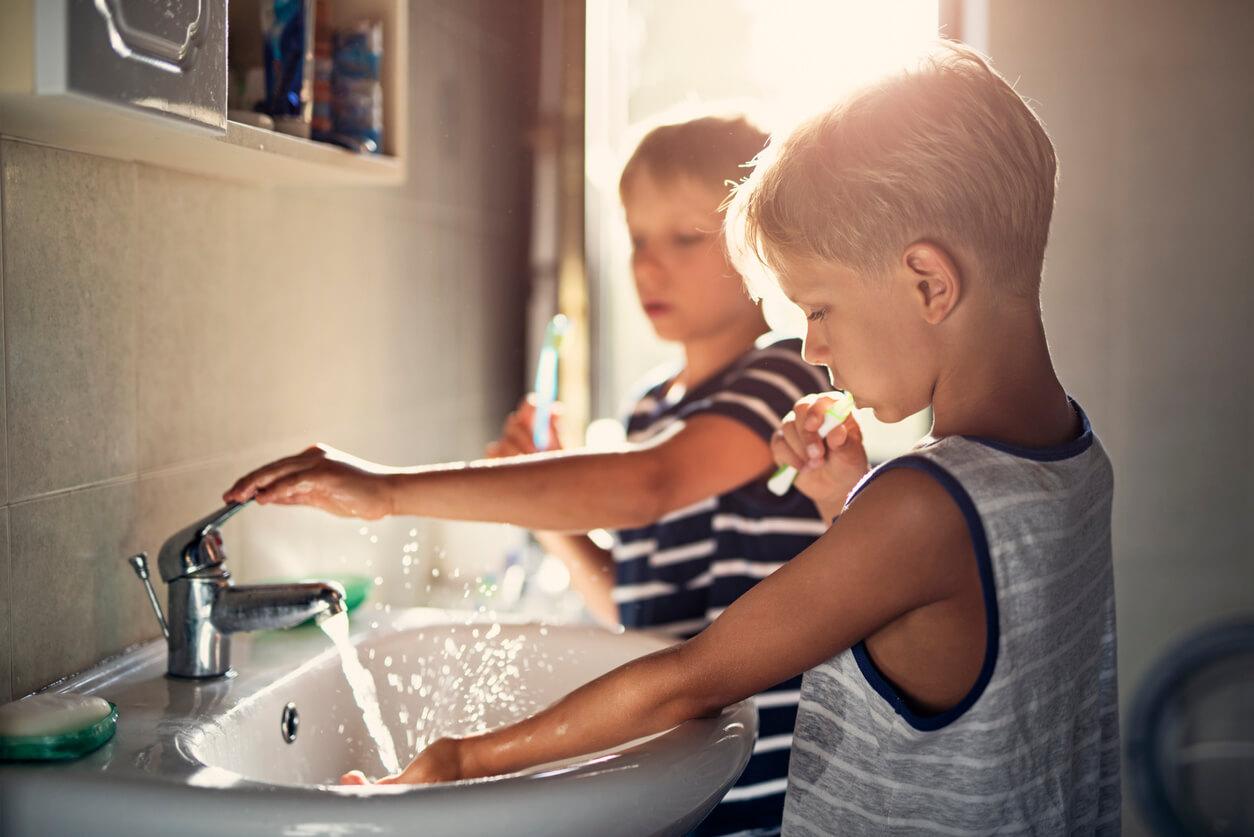 zwei Jungs beim Zähneputzen