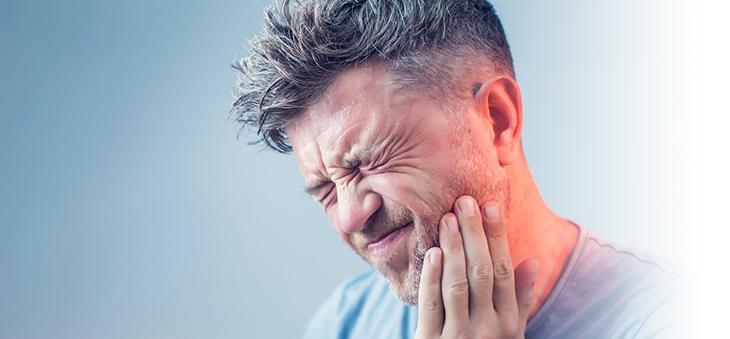 schmerzverzerrtes-gesicht-durch-zahnimplantat