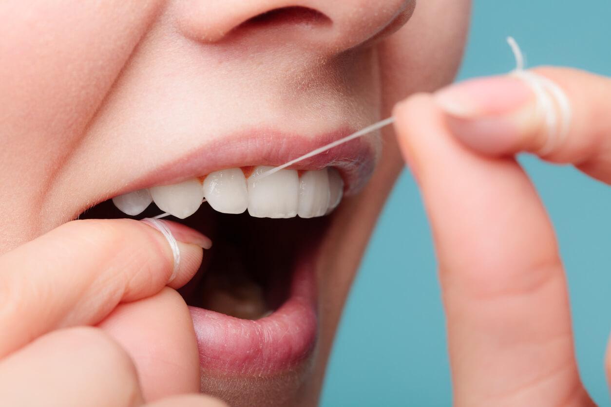 zahnhygiene-durch-verwenden-von-zahnseide
