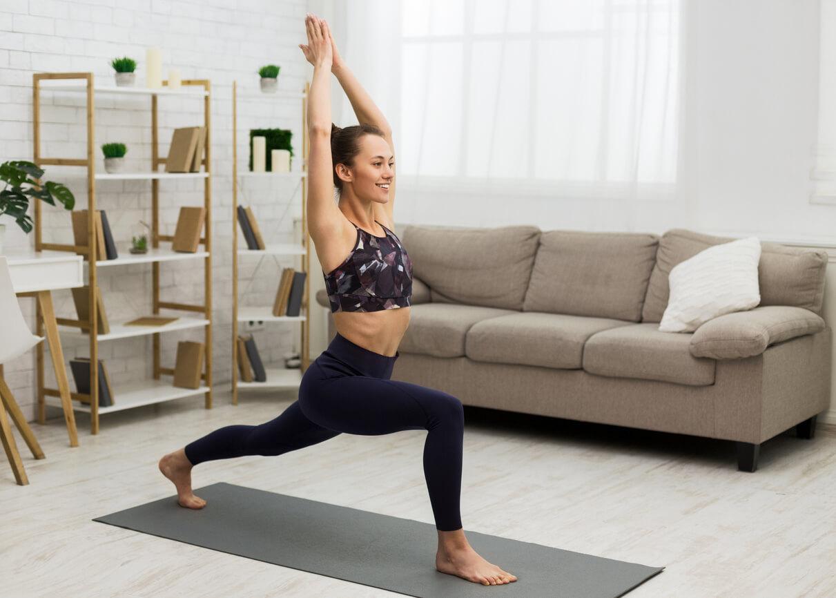 frau-beim-yoga-zuhause