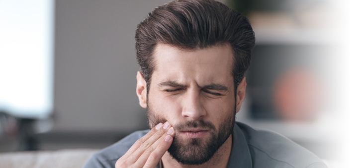 mann-hat-zahnschmerzen