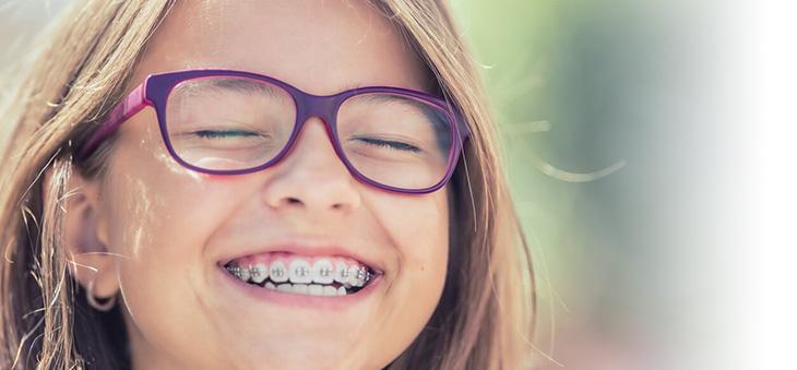glueckliches-maedchen-mit-Zahnspange
