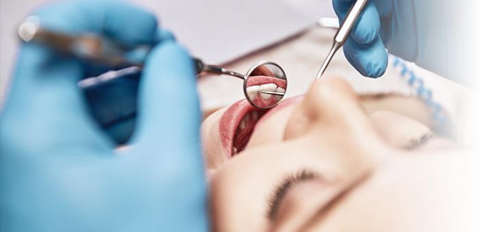 frau-wird-beim-zahnarzt-untersucht