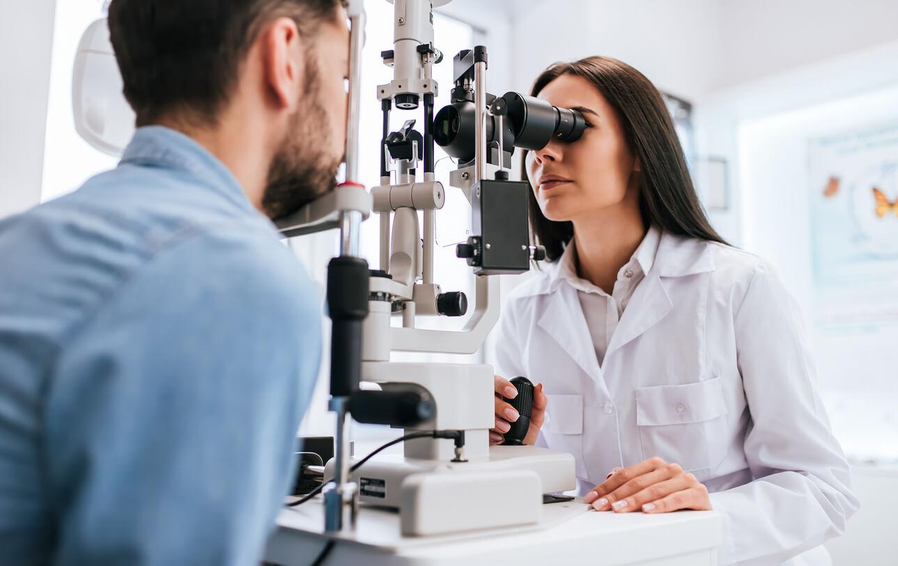 mann-wird-von-augenaerztin-untersucht