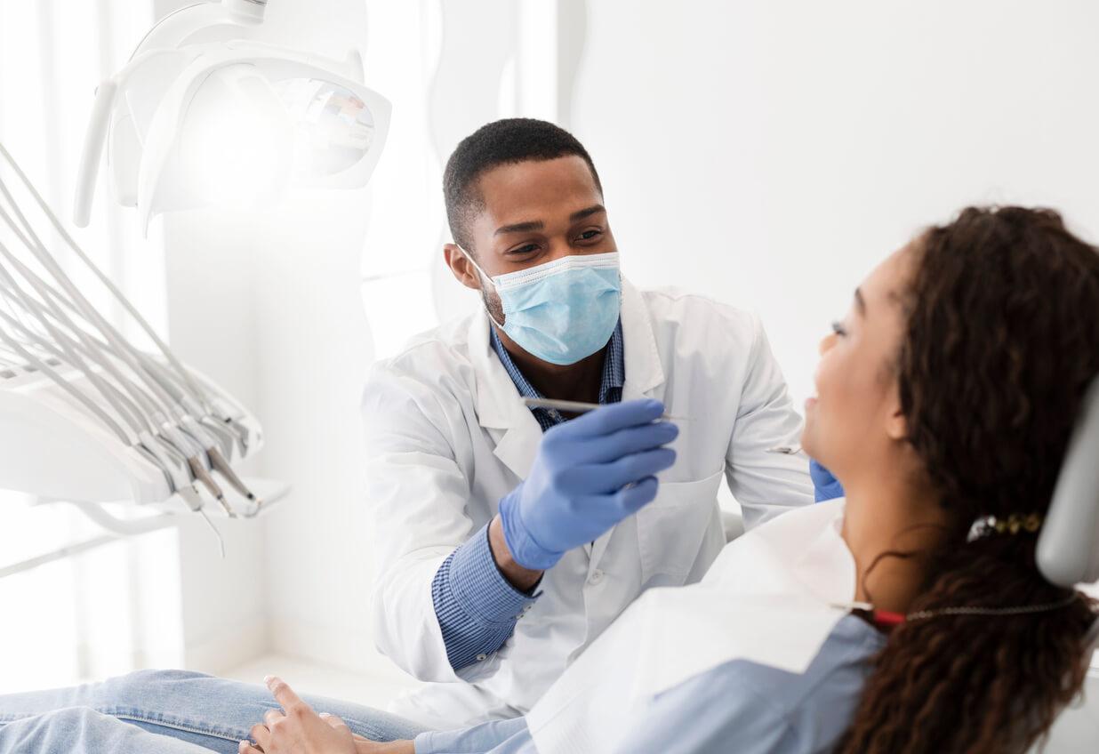 zahnarzt-untersucht-patientin