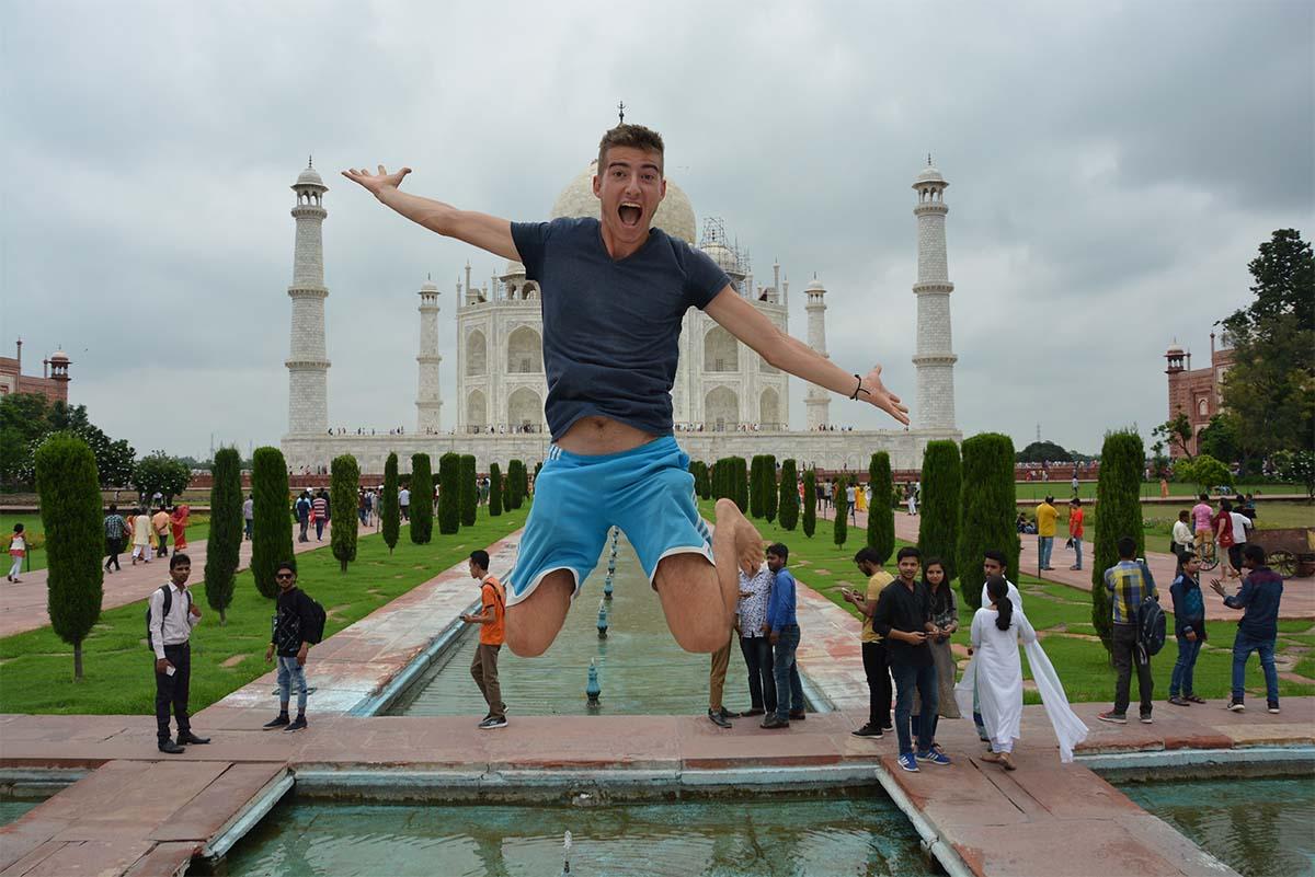 reisender-springt-vor-taj mahal-tempel-in.die-luft)