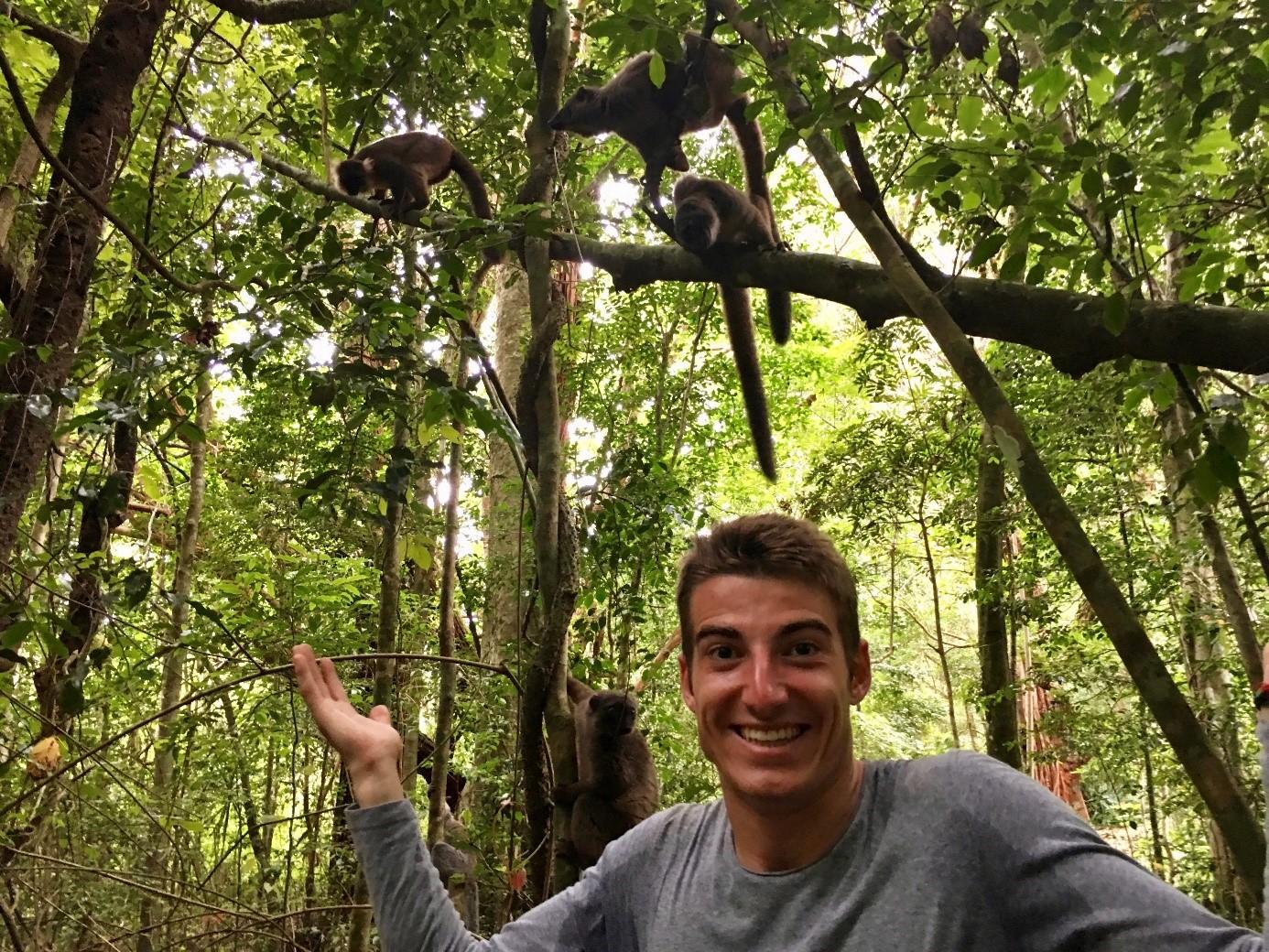 mann-vor-lemuren-affen-madagaskar