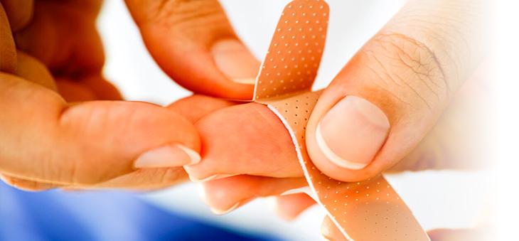 wundversorgung-schnittwunde-mit-pflaster